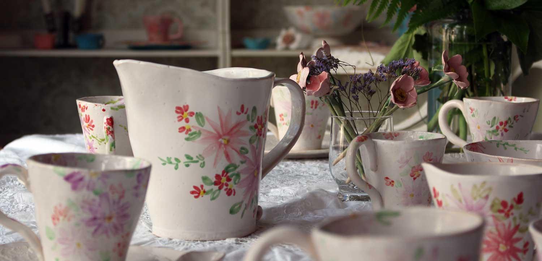 Nahaufnahme gedeckter Tisch mit blümchen Keramikgeschirr