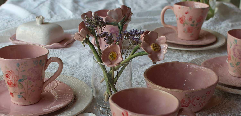 Nahaufnahme gedeckter Tisch mit rosanem Keramikgeschirr
