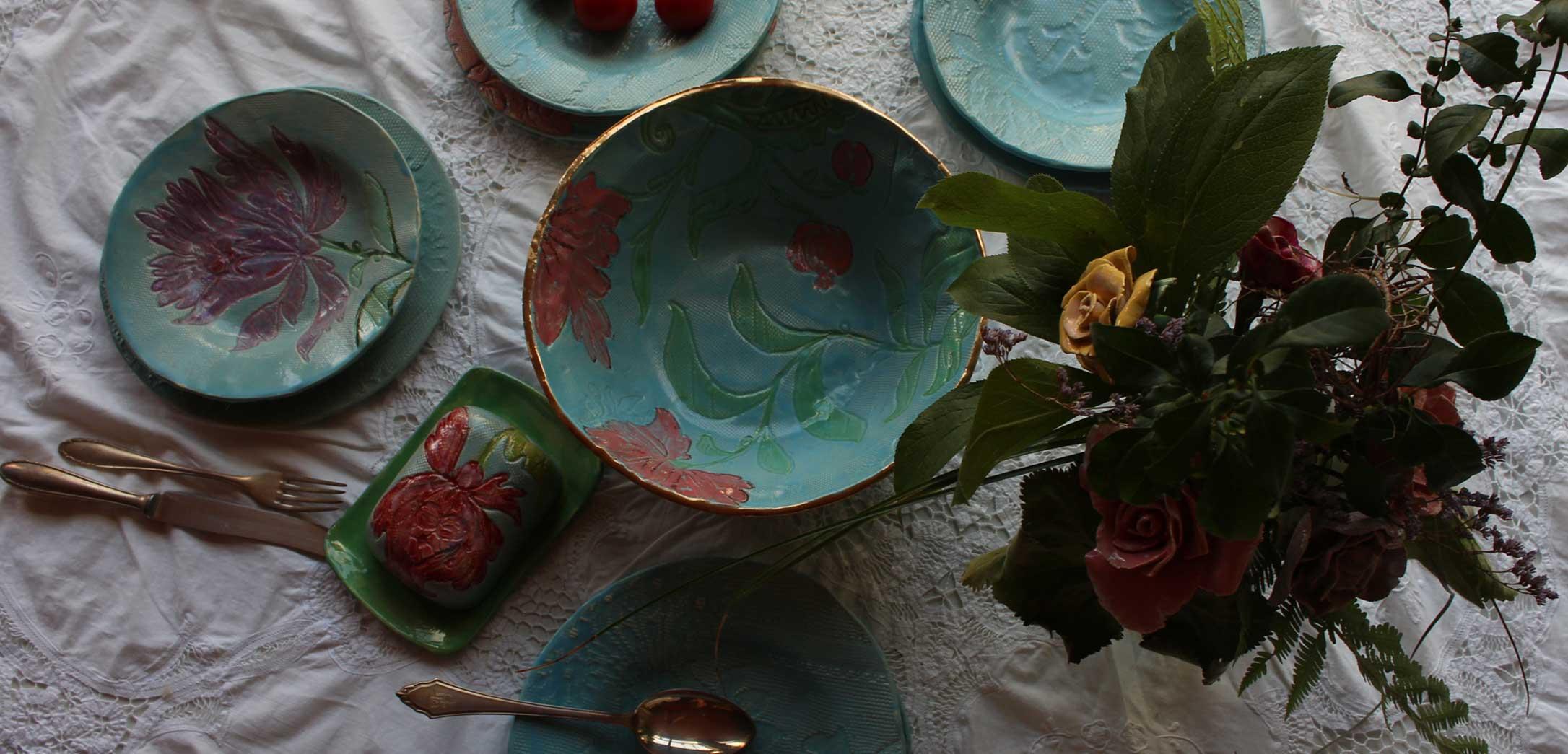Nahaufnahme gedeckter Tisch mit türkisem Keramikgeschirr