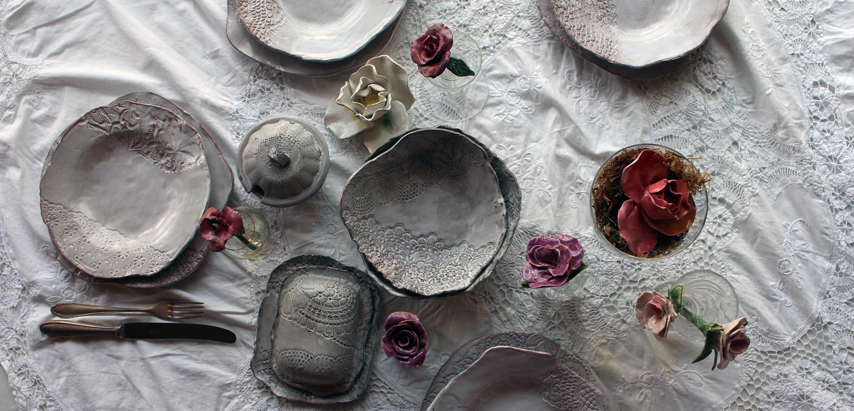 Nahaufnahme gedeckter Tisch mit schwarz weissem Keramikgeschirr