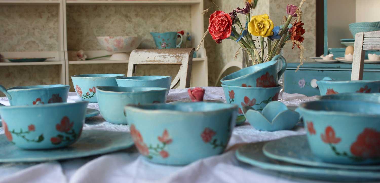 Nahaufnahme gedeckter Tisch mit rosen Keramikgeschirr